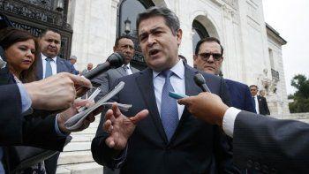Comienza en EEUU juicio por narcotráfico que salpica a presidente de Honduras. En esta fotografía de archivo del 13 de agosto de 2019, el presidente de Honduras, Juan Orlando Hernández, habla con reporteros al salir de una reunión en la sede de la OEA, en Washington.