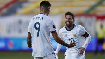 El volante de Argentina Joaquín Correa (9) celebra con su compañero Lionel Messi tras anotar el gol para la victoria 2-1 ante Bolivia en el partido por las eliminatorias de la Copa Mundial, el martes 13 de octubre de 2020, en La Paz