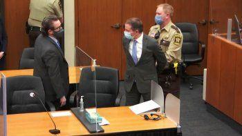 En esta imagen tomada de un video, el ex agente de policía de Minneapolis Derek Chauvin, es puesto bajo custodia ante la mirada de su abogado, Eric Nelson, después de leerse el veredicto en el juicio contra Chauvin por la muerte de George Floyd en 2020, el martes 20 de abril de 2021, en Minneapolis, Minnesota.