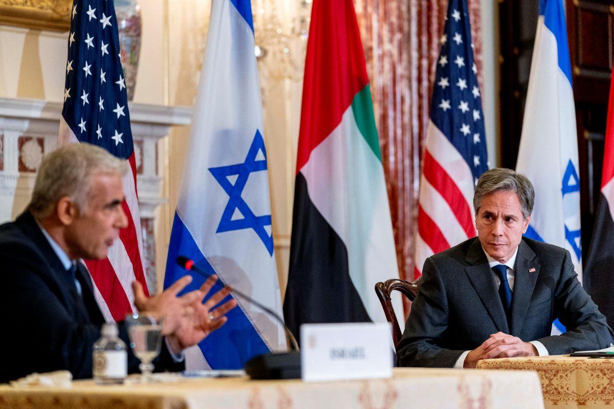 (De izquierda a derecha) El ministro de Relaciones Exteriores de Israel, Yair Lapid, y el secretario de Estado de Estados Unidos, Antony Blinken, participan en una conferencia de prensa conjunta en el Departamento de Estado en Washington, el 13 de octubre de 2021.