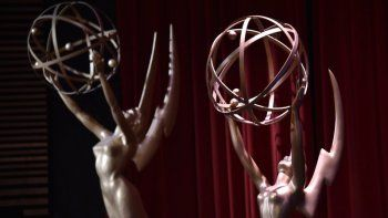 En esta fotografía del 12 de julio de 2018 estatuas de los Emmy en el escenario del anuncio de los nominados a la 70 entrega de los Emmy en el Saban Media Center de la Academia de Televisión en Los Angeles.