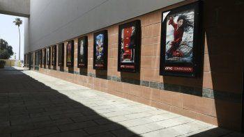 Afiches del próximo estreno e películas en un corredor vacío en un complejo de cines AMC Burbank Town Center 8 cerrado el 29 de abril de 2020 en Burbank, California. Tras varios tropiezos iniciales, la industria cinematográfica espera contar otra vez con estrenos a finales de agosto.