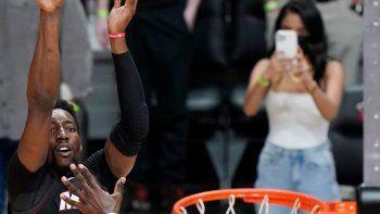 El pivot del Heat de Miami Bam Adebayo lanza el tiro ganador mientras lo defiende el alero de los Nets de Brooklyn Jeff Green en el encuentro del domingo 18 de abril del 2021