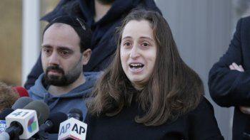 Nicky Cohen, hija de un hombre herido en un ataque contra una celebración judía en el estado de Nueva York, habla ante periodistas frente a su casa en New City, Nueva York, el 2 de enero del 2020.
