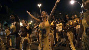 En esta imagen, tomada el 13 de enero de 2020, Jessica Hahn-Chaplin (centro) baila durante un ensayo general de la escuela de samba Paraíso de Tuiuti en Río de Janeiro, Brasil.