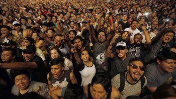 Admiradores gritan mientras la banda Molotov se presenta en el Festival Vive Latino en la Ciudad de México el sábado 17 de marzo de 2018. El Vive Latino debutará en Zaragoza, España el 11 y 12 de septiembre de 2020.