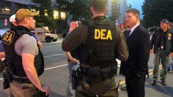 En esta foto del 3 de junio de 2020, el administrador interino de la DEA Timothy Shea, visita un retén en Washington. Más de 1.500 personas han sido arrestadas en los últimos tres meses como parte de un proyecto de la DEA contra el crimen violento.