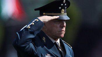 En esta fotografía de archivo del 16 de abril de 2016, el secretario de Defensa Nacional, general Salvador Cienfuegos Zepeda, saluda a los soldados en el Campo Militar Número 1, en la Ciudad de México.