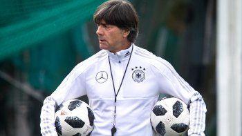 En esta imagen de archivo, tomada el 14 de junio de 2018, el seleccionador de Alemania, Joachim Löw, con dos balones debajo del brazo en un entrenamiento durante el Mundial, en Vatutinki, cerca de Moscú, Rusia.