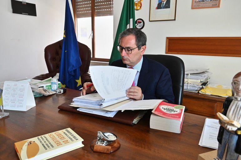 El juez italiano Roberto Di Bella examina los documentos durante una entrevista en su oficina en el Tribunal de Menores de Reggio Calabria