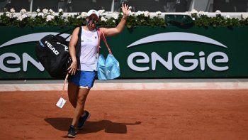 La australiana Ashleigh Barty abandona la cancha después de una lesión durante su partido de tenis de segunda ronda contra la polaca Magda Linette en el Roland Garros 2021