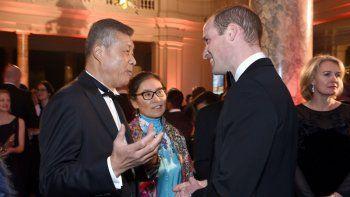 El embajador chino ante el Reino Unido Liu Xiaoming (izq) conversa con el príncipe Guillermo durante una velada en Londres el 30 de noviembre del 2016. Liu es considerado uno de los artífices de una campaña propagandística china a partir de la manipulación de las redes sociales.