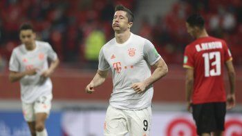 Robert Lewandowski celebra tras anotar el segundo gol del Bayern Múnich en la victoria 2-0 ante Al Ahly de Egipto en la semifinal del Mundial de Clubes, el lunes 8 de febrero de 2021.