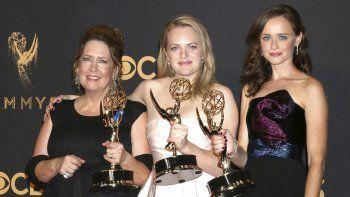 TheHandmaidsTale (lit: El cuento de la criada), durante la 69 edición de los Emmy en el Teatro Microsoft de Los Ángeles, California (EE.UU), el 17 de septiembre de 2017.