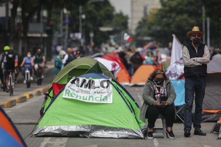 Manifestantes que exigen la renuncia del presidente mexicano Andrés Manuel López Obrador