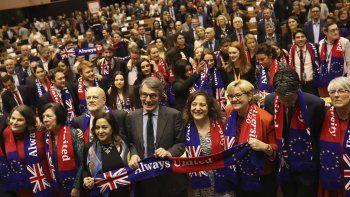 El presidente del Parlamento Europeo, David Sassoli, centro, posa con miembros británicos y del grupo Socialistas y Demócratas en una ceremonia previa a la votación sobre la salida británica de la Unión Europea, en Bruselas, miércoles 29 de enero de 2020. La salida británica está prevista para el viernes 31 de enero de 2020.