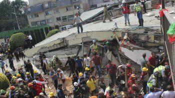 En esta fotografía del 19 de septiembre de 2017, rescatistas buscan a niños atrapados en los escombros de la escuela Enrique Rébsamen, en la Ciudad de México.