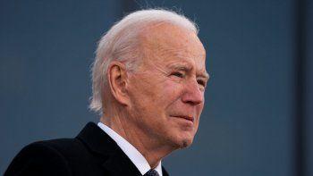 """El presidente electo Joe Biden rompe en lágrimas cuando pronuncia unas palabras en el Centro de Reserva/Guardia Nacional Mayor Joseph R. """"Beau"""" Biden III en New Castle, Delaware, el martes 19 de enero de 2021."""