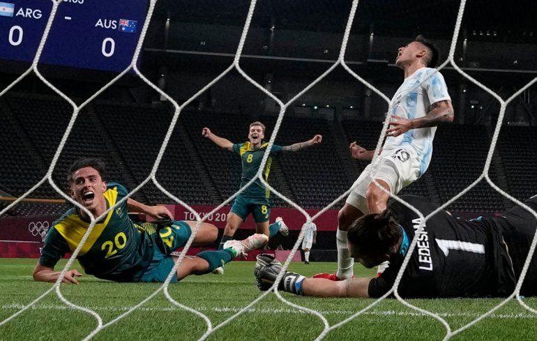 Lachlan Wales celebra tras marcar el primer gol de Australia en la victoria 2-0 ante Argentina en el fútbol de los Juegos Olímpicos