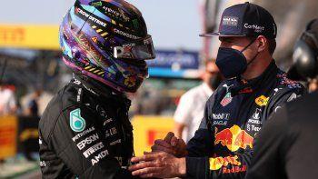 El piloto británico de Mercedes Lewis Hamilton (izq.) Y el piloto holandés de Red Bull Max Verstappen se dan la mano después de la sesión de clasificación de velocidad del Gran Premio de Gran Bretaña de Fórmula 1
