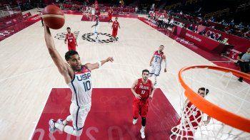 Jayson Tatum (10), de Estados Unidos, lanza a canasta ante Navid Rezaeifar (17), de Irán, en el juego de la fase de grupos del torneo olímpico de baloncesto que enfrentó a ambos equipos
