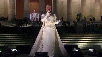 En esta imagen tomada de video, Katy Perry interpreta Firework al final del especial Celebrating America el miércoles 20 de enero del 2021, tras la investidura del presidente Joe Biden, en Washington. Unos 30 artistas, entre ellos Katy Perry, pidieron al G7 donar vacunas anticovid a países pobres.