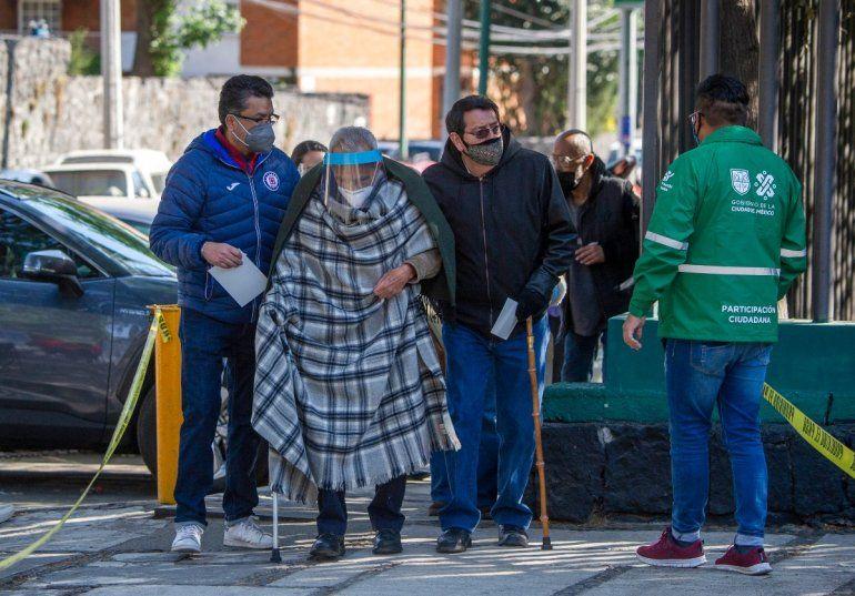 Un anciano llega a un centro de vacunación para recibir la primera dosis de la vacuna AstraZeneca contra COVID-19 en la Ciudad de México