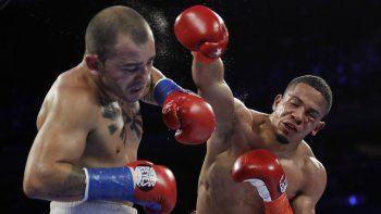 Félix Verdejo de Puerto Rico, derecha, golpea a Bryan Vázquez de Costa Rica durante el quinto asalto de un combate de boxeo ligero el sábado 20 de abril de 2019 en Nueva York. Verdejo ganó la pelea.