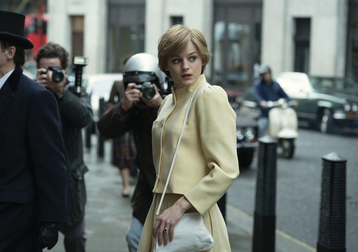 En esta imagen difundida por Netflix, Emma Corrin en una escena de The Crown, nominada al Emmy 2021 como mejor serie de drama.