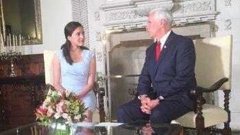 La disidente cubana Rosa María Payá junto al vicepresidente de EEUU, Mike Pence, en un eucnentro en Lima, Perú, a propósito de la VIII Cumbre de las Américas.
