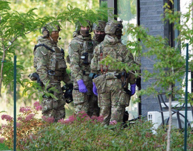 Agentes de la Real Policía Montada de Canadá ingresan a un complejo de apartamentos en conexión con el envío de ricina por correo al presidente Donald Trump