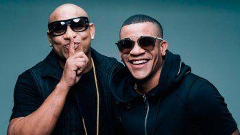 El dúo ya ha sacado tres sencillos de este disco: Si No Vuelves, cuyo video supera los 163 millones de reproducciones, Te Duele y, el más reciente, El Mentiroso, junto al cantante de vallenato Silvestre Dangond.