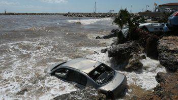 Las olas golpean contra los automóviles que fueron arrastrados hasta la orilla del mar en Alcanar, el 2 de septiembre de 2021, un día después de que las inundaciones repentinas afectaran la zona.