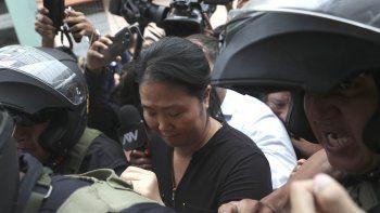 Keiko Fujimori, hija del expresidente Alberto Fujimori y lideresa opositora, es escoltada por la policía en Lima, Perú, el martes 28 de enero de 2020.