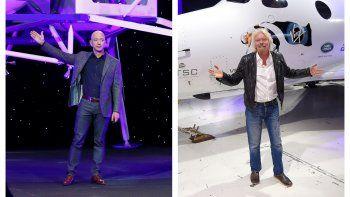 Esta combinación de fotografías de archivo de 2019 y 2016 muestra a Jeff Bezos (a la izquierda) con un modelo del módulo lunar Blue Moon, de Blue Origin, en Washington, y a Richard Branson, con un cohete SpaceShipTwo, de Virgin Galactic, en Mojave, California