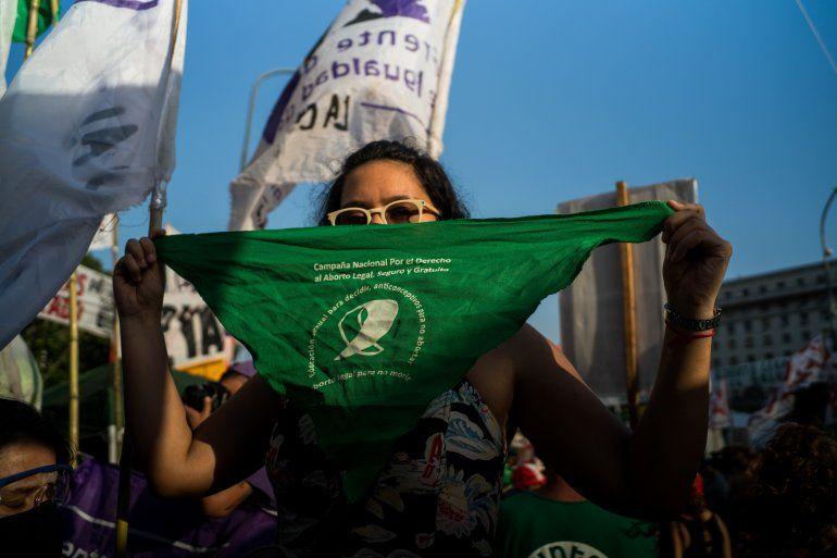 Una mujer sostiene un pañuelo verde en una movilización a favor de la legalización del aborto en Argentina mientras su aprobación se debate en el Senado del país