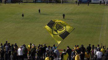 Aficionados del Beitar de Jerusalén ondean banderas mientras los jugadores del club entran a la cancha durante una sesión de entrenamiento en Jerusalén, el viernes 11 de diciembre de 2020, días después que el Beitar anunciara que un jeque emiratí ha comprado el 50% del equipo.