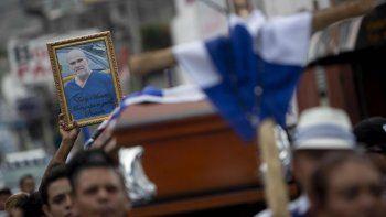 Vista de un retrato del preso político del régimen nicaragüense, Eddy Montes, durante la misa previa a su entierro, en Matagalpa, Nicaragua, el 19 de mayo de 2019.