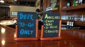 En tiempos de coronavirus la venta de cervezas no se ha detenido. Un empleado del establecimiento White Street Brewing Company en Wake Forest, Carolina del Norte, llena una lata de cerveza, el martes 17 de marzo de 2020.