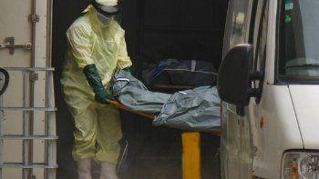 Trabajadores de salud retiran el cadáver de una víctima de COVID-19 de un contenedor usado como morgue improvisada, para entregarlo a una familia en las afueras del hospital Joao Lucio en Manaos, Brasil, el lunes, 4 de febrero del 2021.