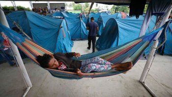 Venezolanos permanecen en un refugio en Arauquita, Colombia, en la frontera con Venezuela, luego que se registraran enfrentamientos entre el ejército venezolano y grupor armados irregulares.