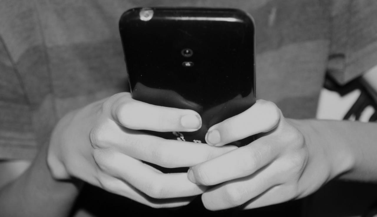 Una persona hace uso de un teléfono celular en Cuba.