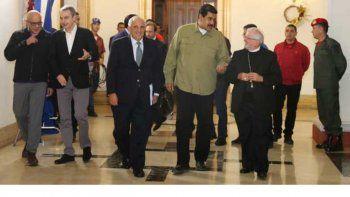 Nicolás Maduro, presidente de Venezuela, en compañía del nuncio apostólico Algo Giordano, y demás mediadores internacionales en el proceso de diálogo.