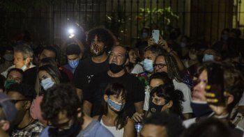 El actor cubano Jorge Perugorría, centro, participa en una manifestación para ayudar al diálogo entre los jóvenes artistas que protestaron frente a las puertas del Ministerio de Cultura y las autoridades, en La Habana, Cuba, el viernes 27 de noviembre de 2020.