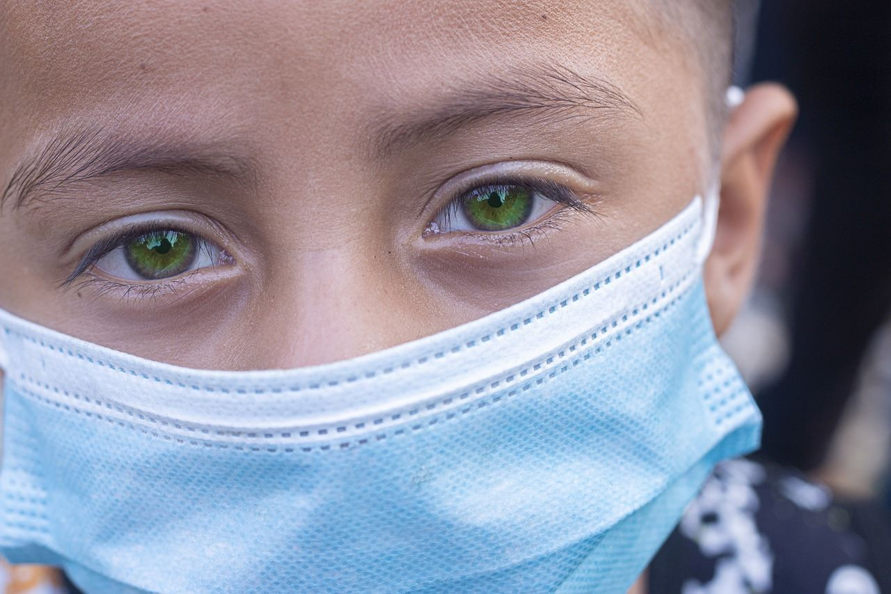 Niño usa mascarilla de protección contra el coronavirus