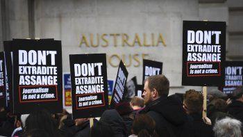 Unas personas se reúnen afuera de la embajada de Australia en Londres para protestar contra la extradición a Estados Unidos del fundador de Wikileaks, Julian Assange, por filtrar información militar clasificada, el 22 de febrero de 2020.