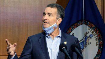 En esta foto del 1 de septiembre del 2020, el gobernador de Virginia Ralph Northam responde a la pregunta de un reportero en un encuentro con la prensa en Richmond, Virginia.