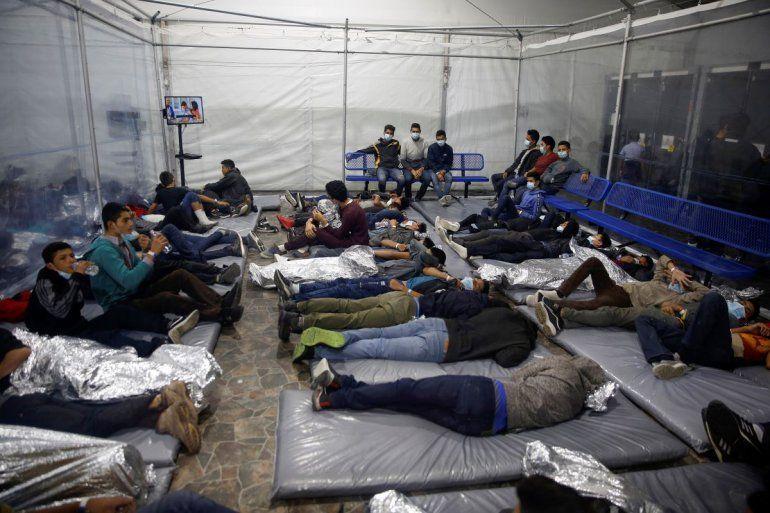 En esta fotografía se ve a menores de edad en el centro de detenciones del Departamento de Seguridad Nacional de Estados Unidos en Donna