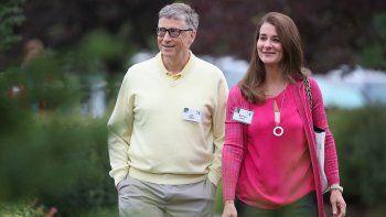 En esta foto de archivo tomada el 11 de julio de 2015, el multimillonario Bill Gates, presidente y fundador de Microsoft Corp., y su esposa Melinda asisten a la conferencia Allen & Company Sun Valley en Sun Valley, Idaho.