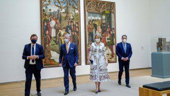 El rey Philippe de Bélgica, centro izquierda, y la reina Mathilde de Bélgica, centro derecha, usan máscaras faciales para evitar la propagación del coronavirus, mientras visitan el Museo Real de Bellas Artes, uno de los museos en Bruselas, el martes 19 de mayo de 2020.